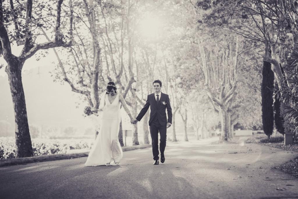 Mariés noir et blanc allée