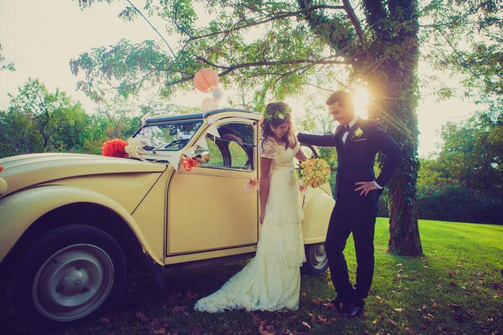Mariés voiture jaune